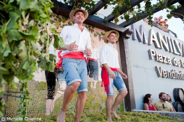 La pisa de uva en Manilva ©Michelle Chaplow. Fiestas típicas en Andalucía: vino, Cascamorras y noches románticas