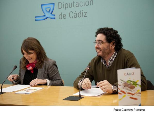 Inmaculada Olivero, diputada de Turismo, y Pepe Monforte durante la presentación de la guía.