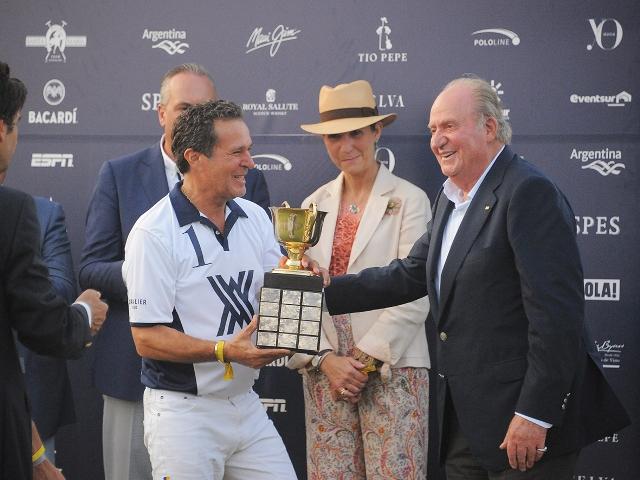 El Rey emérito entrega el título en presencia de su hija Elena Foto ©Santa Maria Polo Club