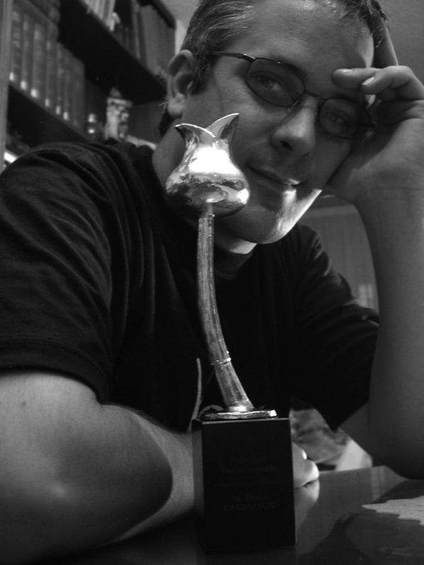 Miguel Puga, 'MagoMigue' con el premio al campeón mundial de cartomagia 2003.
